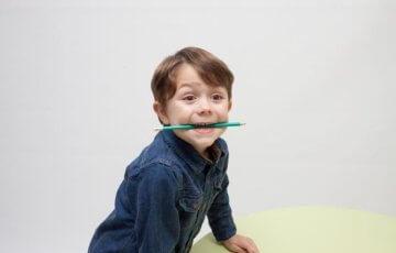 鉛筆を口に咥える男の子