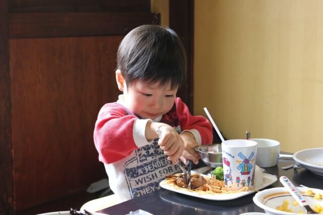 大好きなハンバーグを食べる男の子