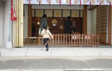 家族で神社に行く