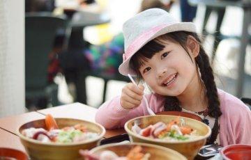 ニコニコ食事をする女の子
