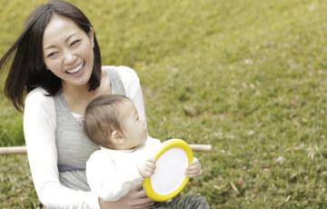 赤ちゃんに語りかけるママ