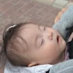 おんぶで眠る赤ちゃん