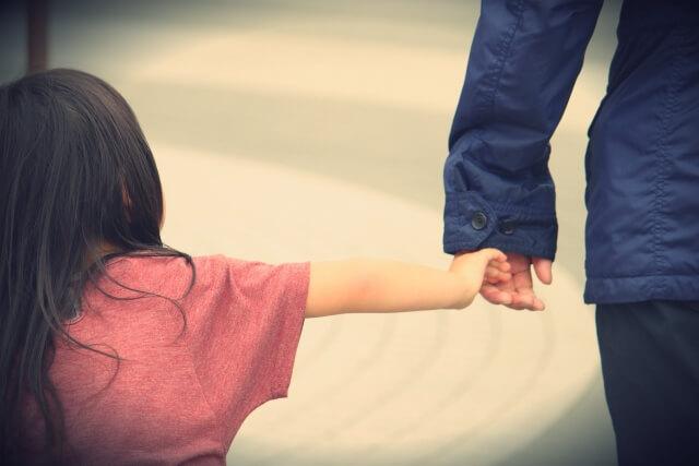 パパと手をつなぐ娘