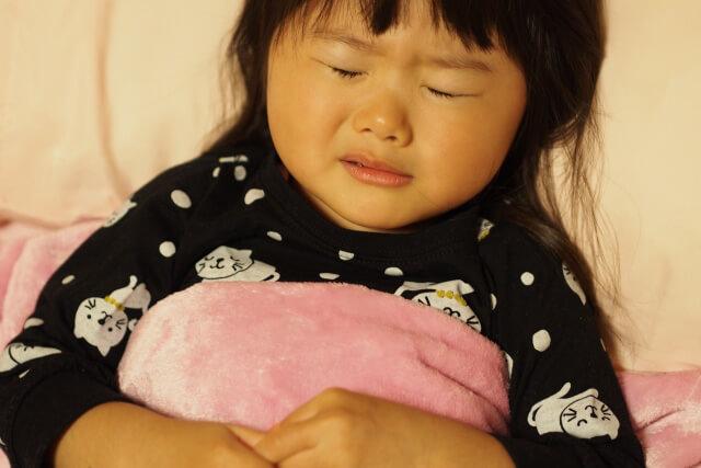寝こむ女の子