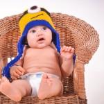 おむつ姿でイスに座る赤ちゃん
