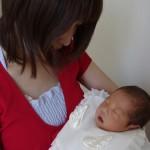 赤ちゃんを寝かしつける抱っこ