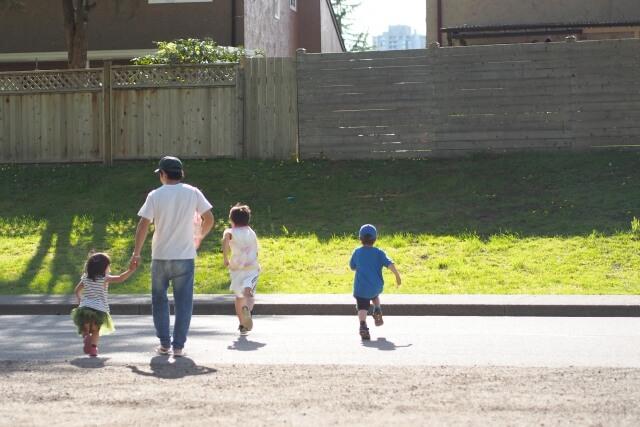 外で子どもたちと遊ぶパパ
