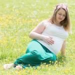お花畑にいる白人の妊婦さん