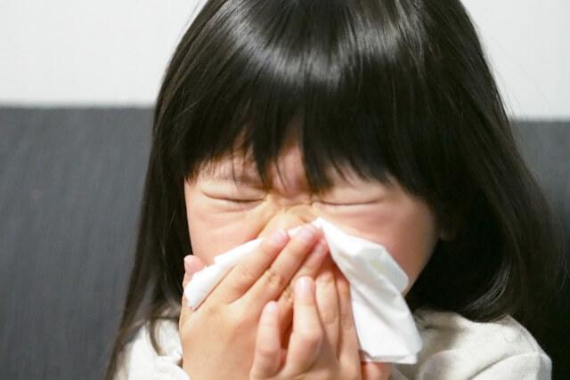 鼻をかむ女の子