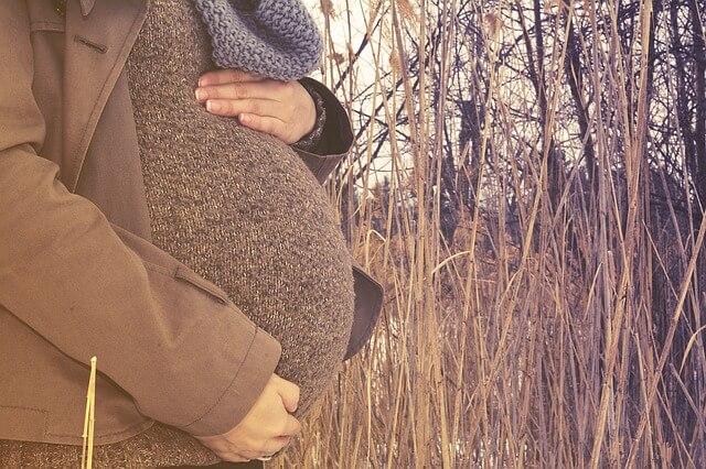 セピア色の妊婦写真