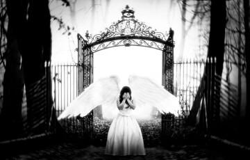 泣いている女性の天使