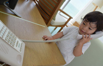 電話をしている男の子