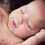 気持ちよさそうに裸で寝る赤ちゃん