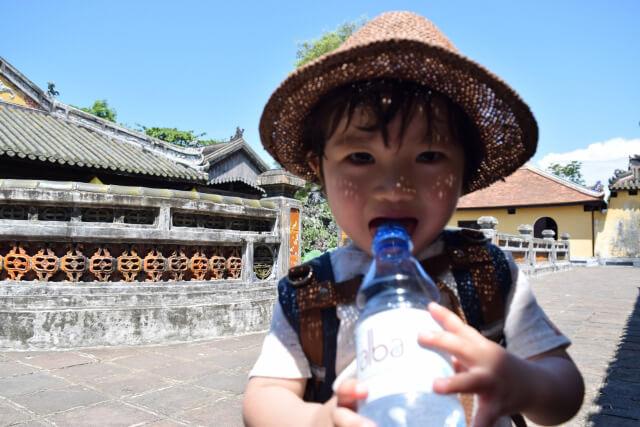 夏の熱い日に水分を摂る子ども