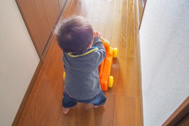 手押し車を押す赤ちゃん
