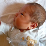 生まれたばかりの男の子の赤ちゃん