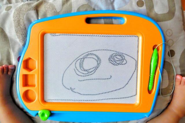 子どもがお絵かきボードに描いた顔