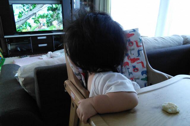 振り返ってテレビを見る子ども