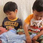 赤ちゃんのお世話をするお兄ちゃんたち