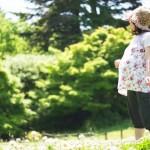 散歩しながら緑を眺める妊婦