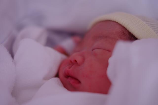 産まれたばかりの赤ちゃんの寝顔