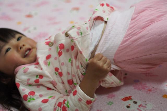 パジャマに着替える女の子