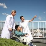 医師と車いすに乗る男の子