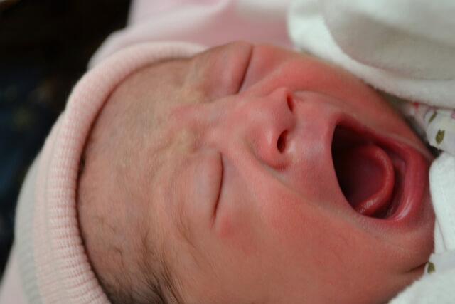 大きな口で泣く赤ちゃん