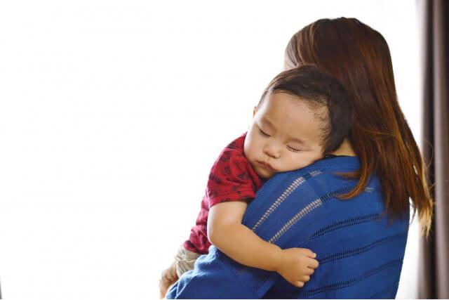 縦抱きで眠っている赤ちゃん