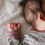 眠っている赤ちゃんの耳