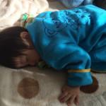 四つん這いで眠る赤ちゃん