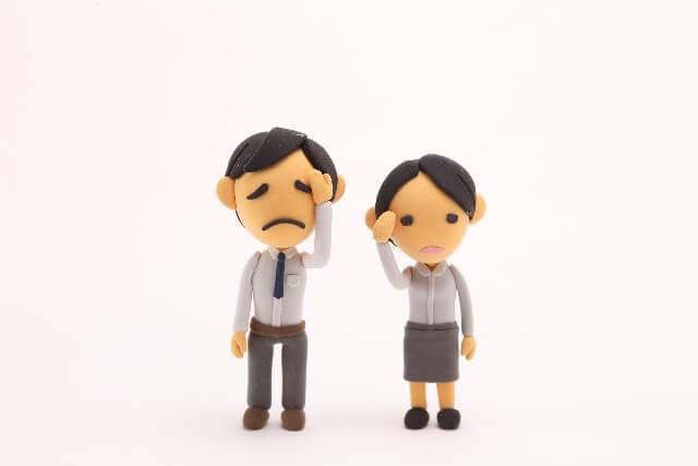 悲しんでいる夫婦
