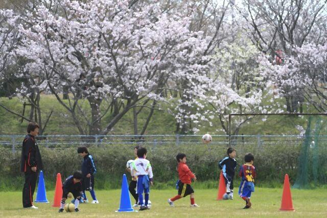 サッカー教室に通う子どもたち