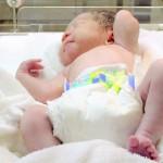 おむつを履いて眠る新生児