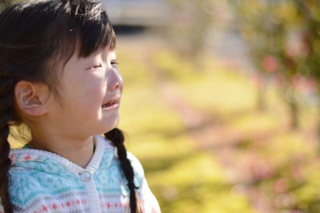涙を流す女の子