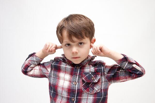 耳に指を入れる男の子
