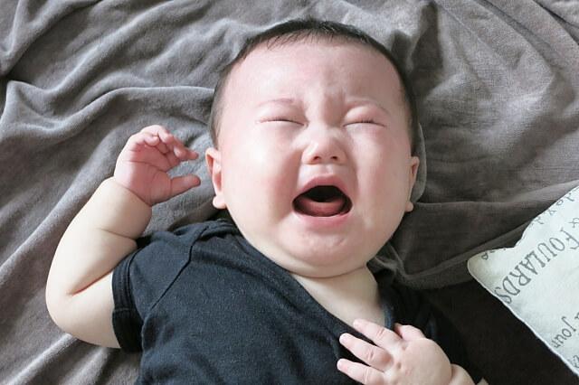 泣いているまんまるな赤ちゃん