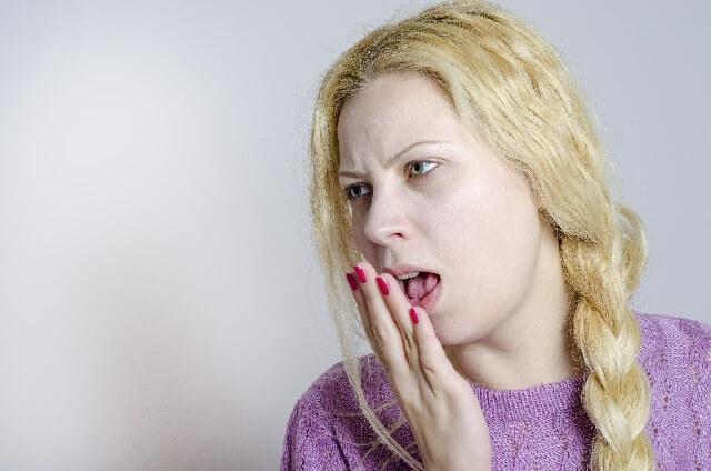 吐き気を催す外国人女性