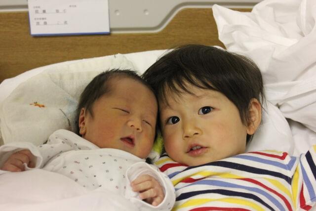 産まれたばかりの赤ちゃんとお兄ちゃん