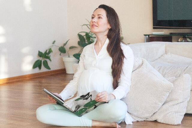 本を読んでリラックスする妊婦