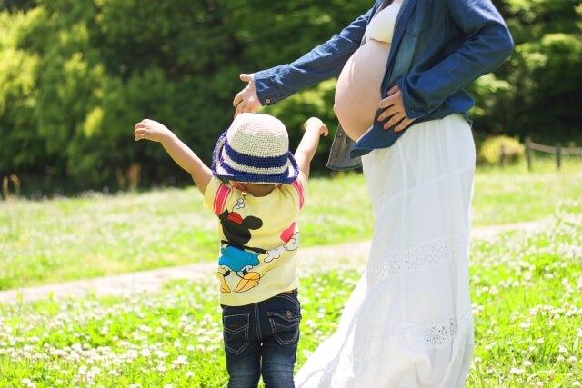 出産を控えた妊婦と子ども