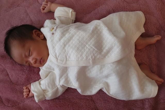 大の字で眠る赤ちゃん