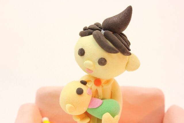 赤ちゃんを抱っこするママのクレイアート