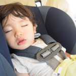 チャイルドシートで寝る男の子