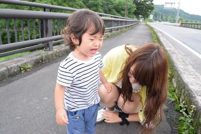 道端で泣く男の子