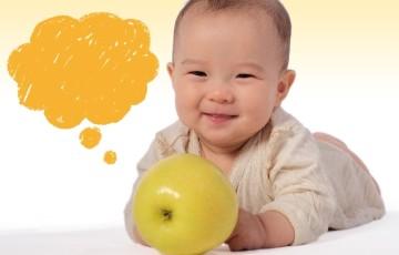 赤ちゃんとりんご