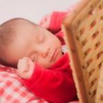 カゴに入って眠る赤ちゃん