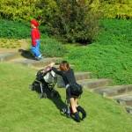 ベビーカーで坂道を登るママ