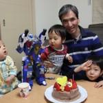 孫の誕生日を祝うおじいちゃんと兄弟