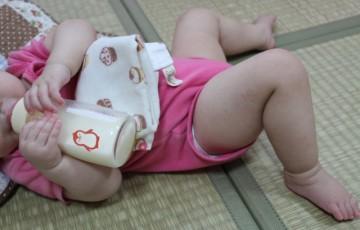 哺乳瓶でミルクを飲む子ども